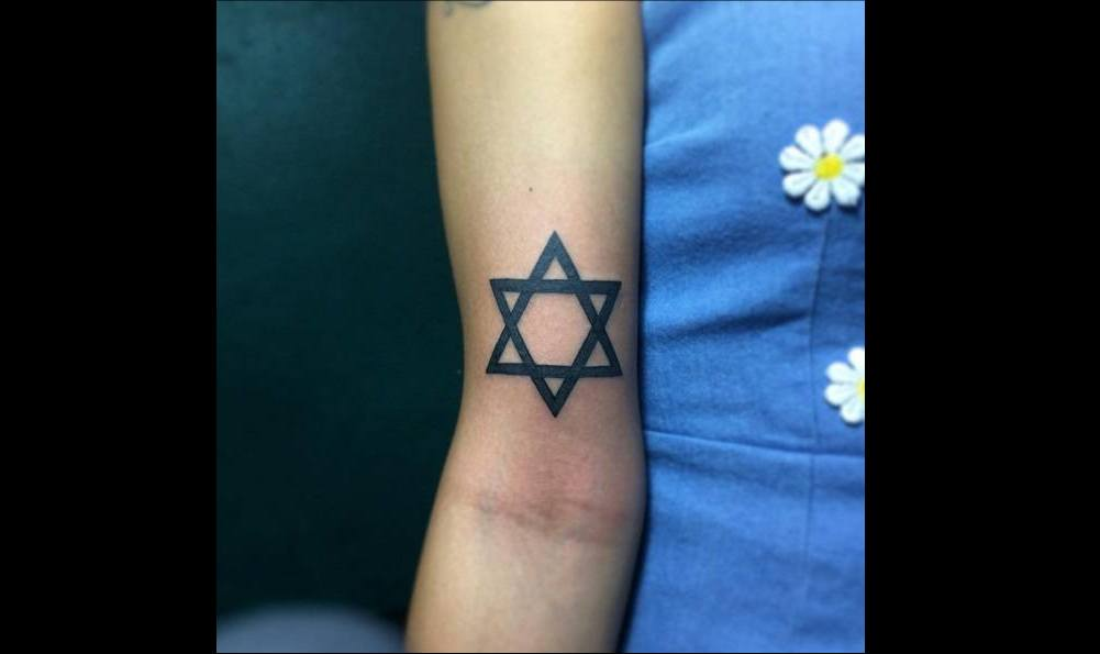 Tatouage bras femme etoile de david