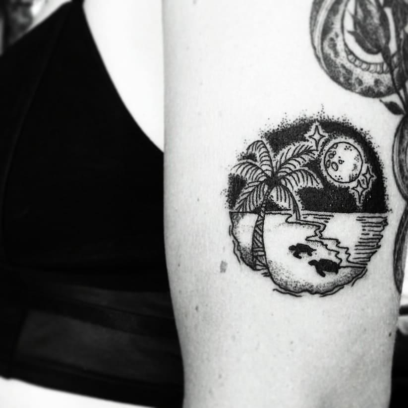 Tatouage bras palmier avec pleine lune et 3 etoiles scintillantes