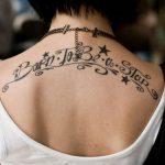 Tatouage etoile haut du dos avec phrase born to be a star