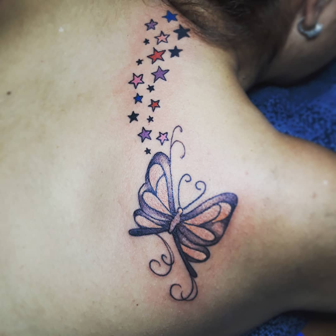 Tatouage omoplate femme pluie d etoiles colorees et papillon
