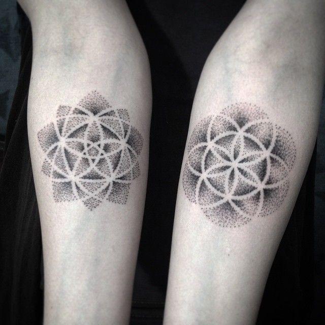 2 tatouages fleur de vie et graine de vie interieur bras
