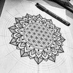 Beau dessin fleur de vie integre dans un mandala tres geometrique