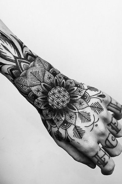 Idee tattoo main fleur de vie dans fleur