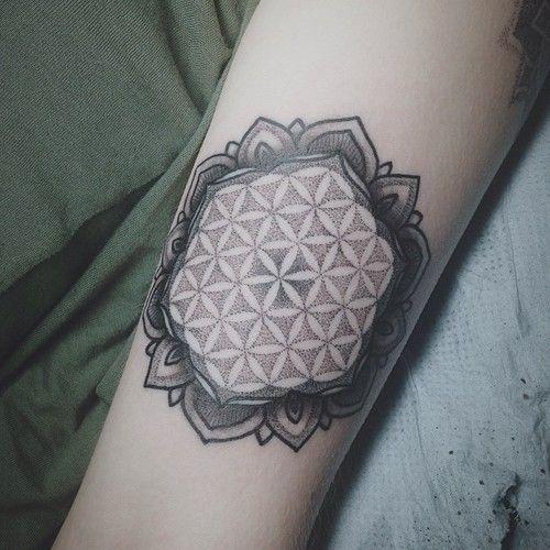 Modele tatouage femme fleur de vie dans un mandala dotwork