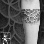 Photo tattoo dotwork fille avant bras fleur de vie