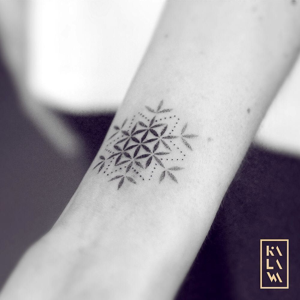 Photo tattoo feminin fleur de vie facon cristaux de glace