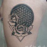 Tatouage cuisse monochrome roses et fleur de vie femme