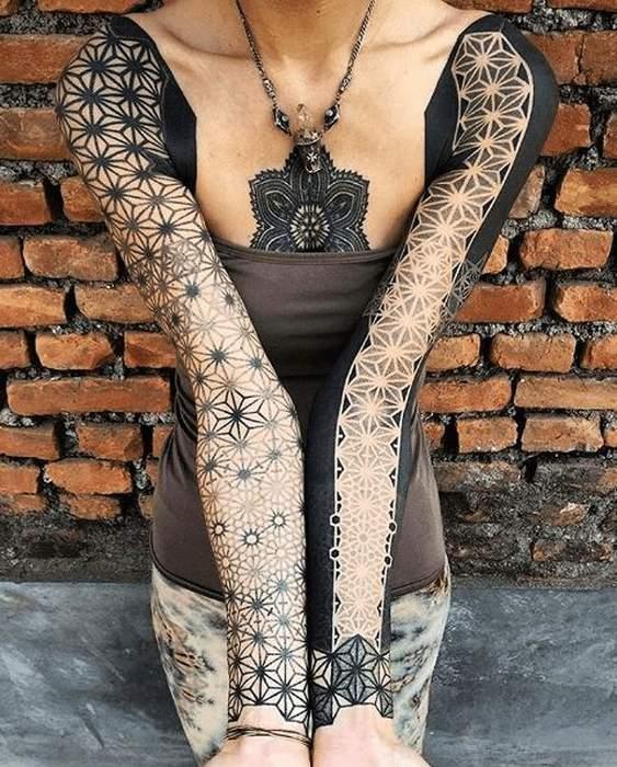 Tatouage femme fleur de vie manchette epaules et poignets
