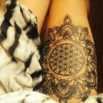 Tatouage fleur de vie cuisse entoure d arabesque et ganesh