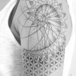 Tatouage geometrique bras femme avec motif fleur de vie