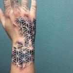 Tatouage main et poignet fleur de vie motif blanc