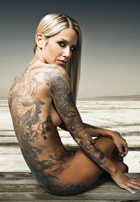 tatouage manchette feminin fleurs tete de mort mexicaine calavera