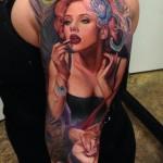 tatouage manchette feminin portrait et plume de paon