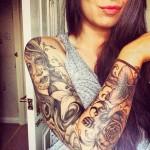 tatouage manchette feminin portrait fleurs de lys et rose