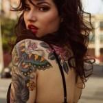 tattoo bras manchette papillon couleur tete de manga et fleurs jaunes et rouge